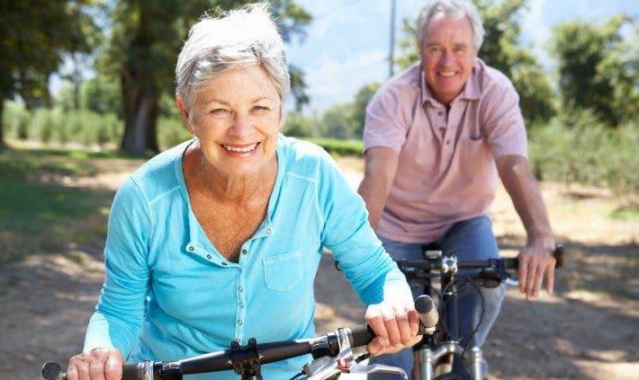 Pareja de tercera edad en bicicleta
