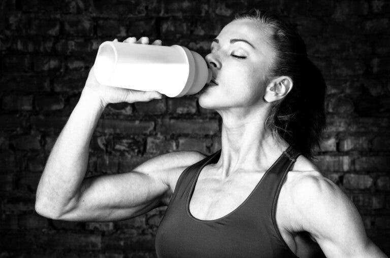 mujer bebiendo BCAAs