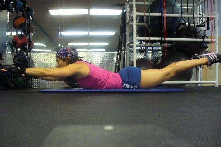 atleta entrenando las lumbares