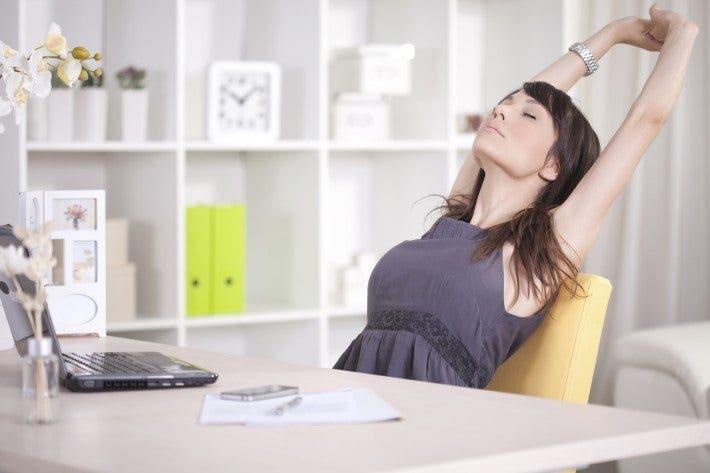 estira la espalda mientras trabajas