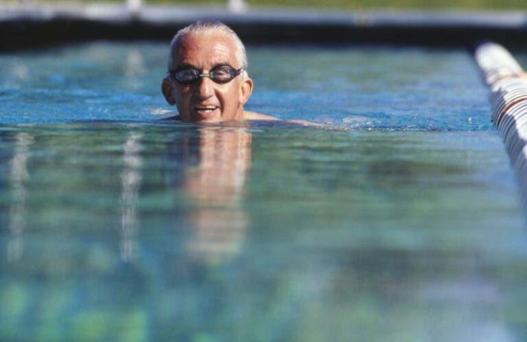 persona de edad avanzada nadando