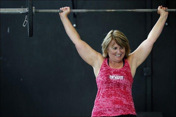Mujer mayor levantando pesas