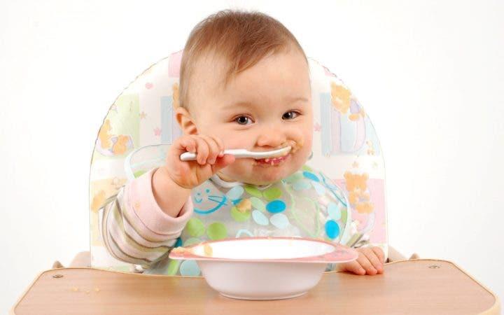 Niño comiendo avena