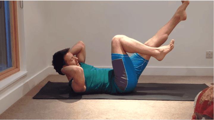 Codos a rodilla pose de yoga