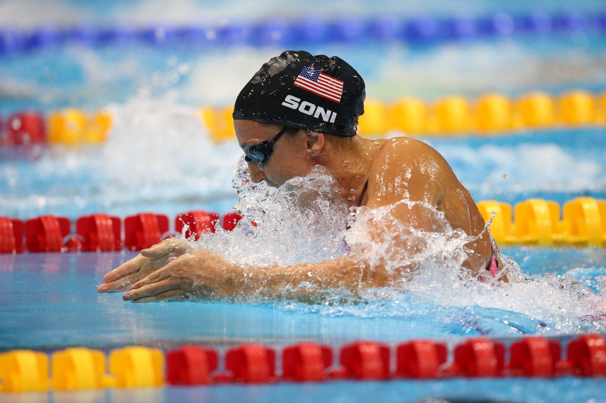 nadando estilo braza