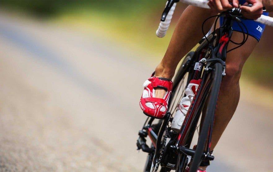Evitar dolor de rodilla mientras ando en bicicleta