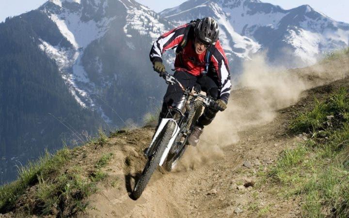 Practicar ciclismo en colinas