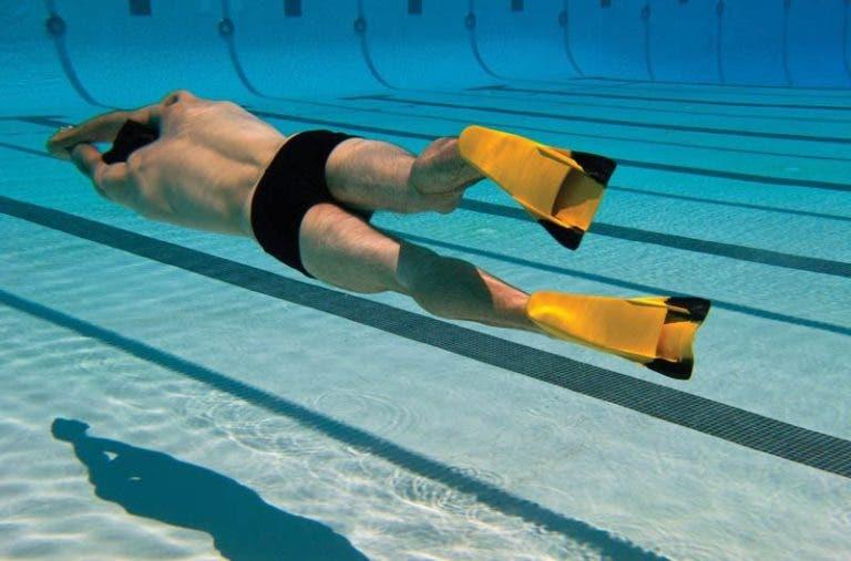 beneficios de nadar con aletas
