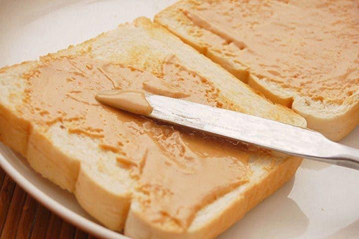 snacks de pan con mantequilla de cacahuete