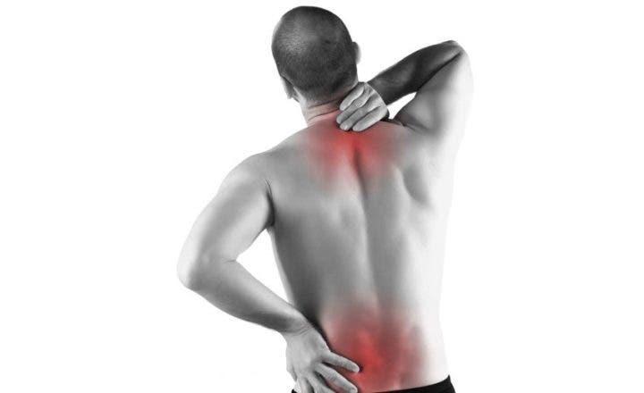 Los dolores a la marcha en el pie más abajo de la espalda a la derecha