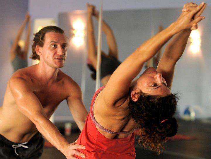 profesor de yoga bikram