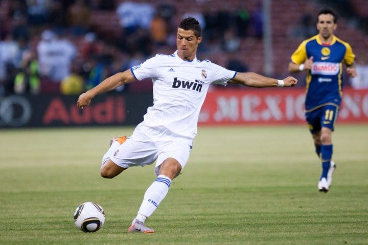 entrenamiento para rematar con efecto en futbolistas