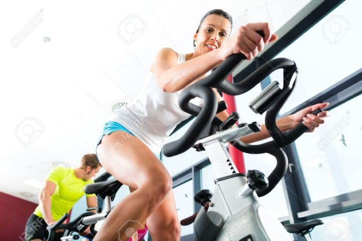 Tomar agua mientras entrenas spinning