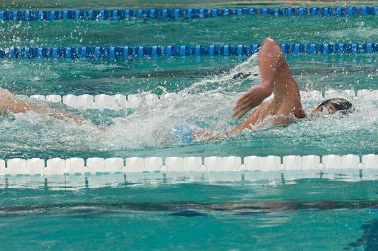 5 consejos para mejorar el batido de piernas en natación
