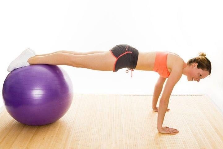 pica sobre balón de ejercicio