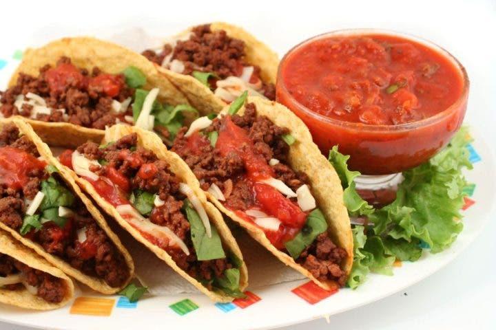 Tacos con carne y ensalada