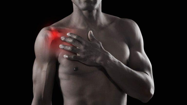 ¿Por qué crujen los hombros al levantar pesas?