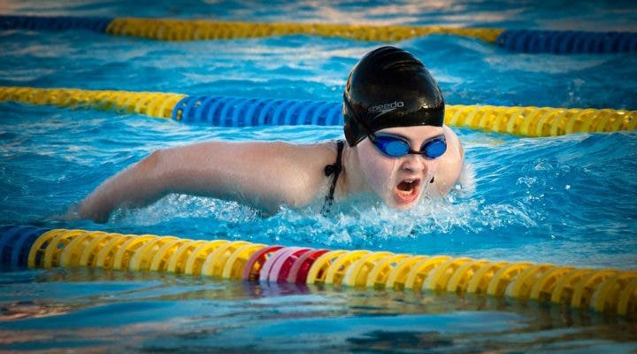 Evitar hundir las caderas mientras nadamos