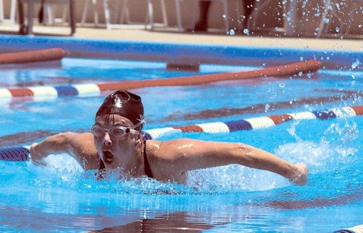 No apoyarse solamente en brazos y hombros mientras nadamos
