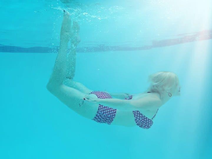 No mantener los dedos en punta cuando nadamos