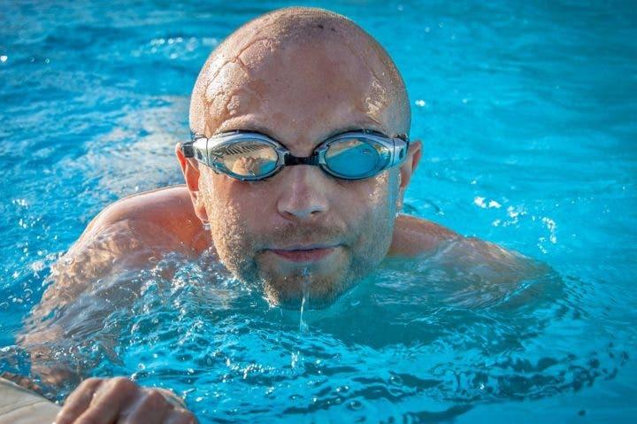 Cómo respirar adecuadamente mientras nadamos