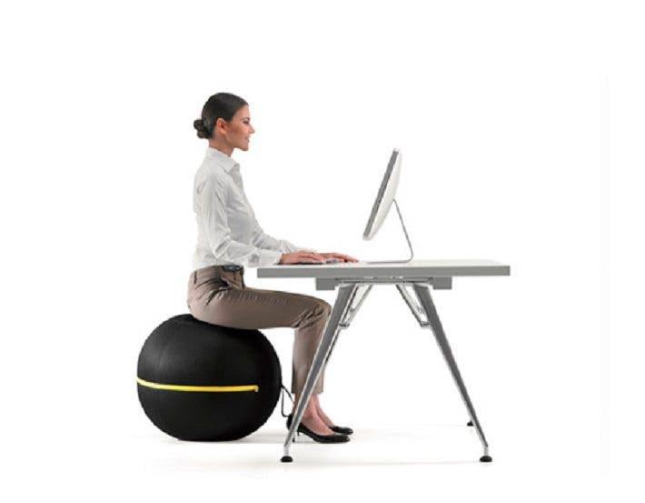 trabajar sentado sobre un balón de estabilidad