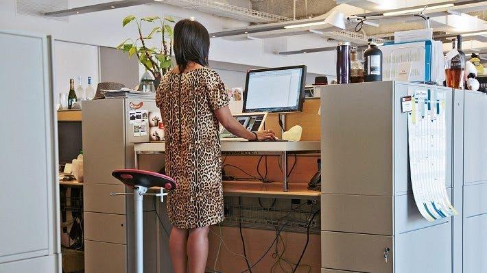 trabajar de pie sobre un escritorio alto