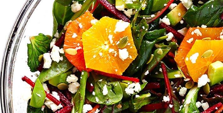 Preparación de ensalada verde con remolacha