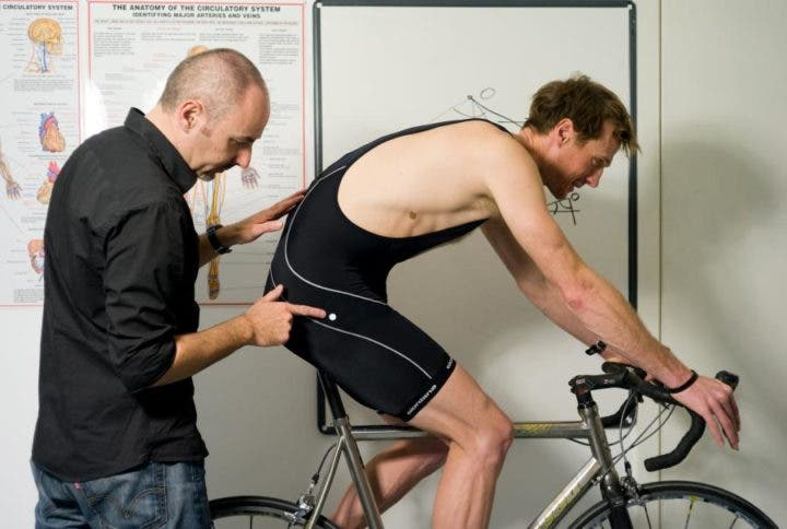 No encorvar la espalda al montar en bicicleta