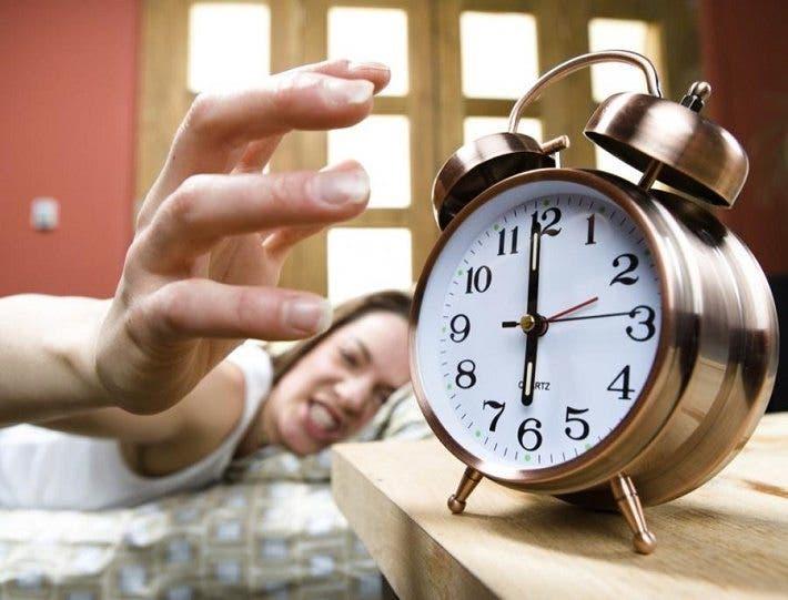 apagar el despertador y seguir durmiendo