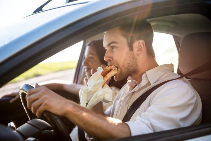 Evitar comer con prisas para perder grasa