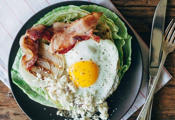 Ensalada a la parrilla con un huevo frito