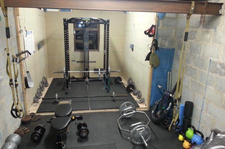 10 elementos esenciales para crear un gimnasio casero de powerlifting