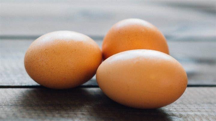 ¿Debo comer claras de huevo o el huevo entero?