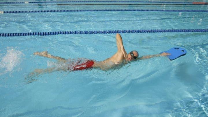 Cómo usar la tabla de natación para mejorar tus tiempos