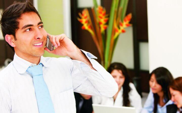 Mal hábito de hablar por teléfono en el trabajo