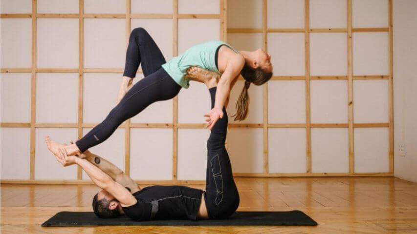 3 poses de acroyoga para principiantes para hacer en pareja ... 79e4361bfbcf