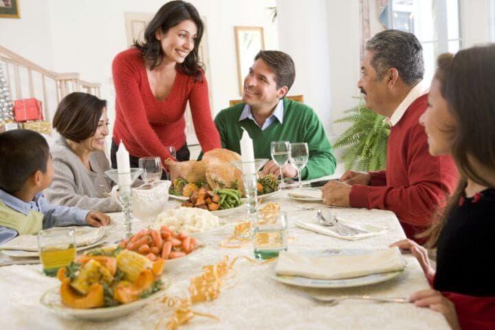 Lidiar con tradiciones familiares aburridas en vacaciones