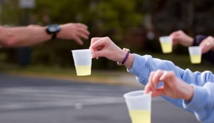 ¿Cómo deben hidratarse los runners durante una carrera?