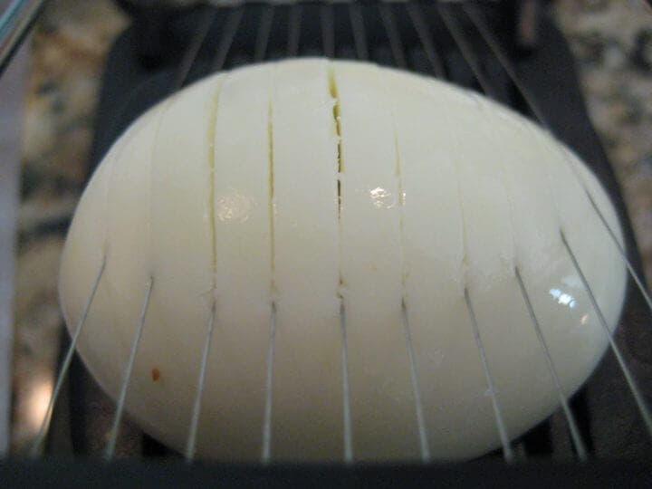 Rebanar los huevos cocidos con un gadget