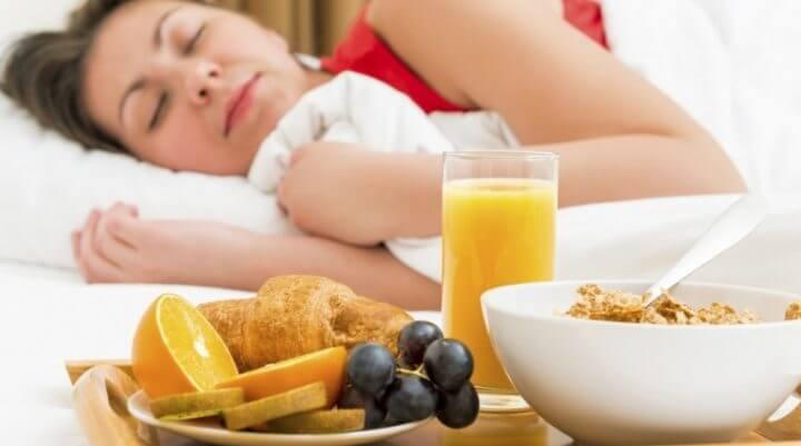 Importancia de la alimentación y el descanso en atletas maduros