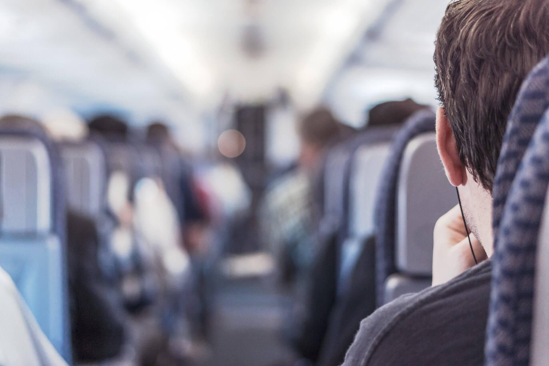 Viajero impaciente arriba de un avión