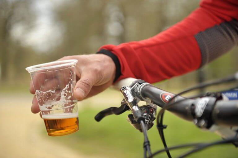Efectos del alcohol después de un duro entrenamiento de ciclismo