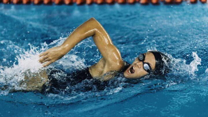manera de exhalar mientras nadas