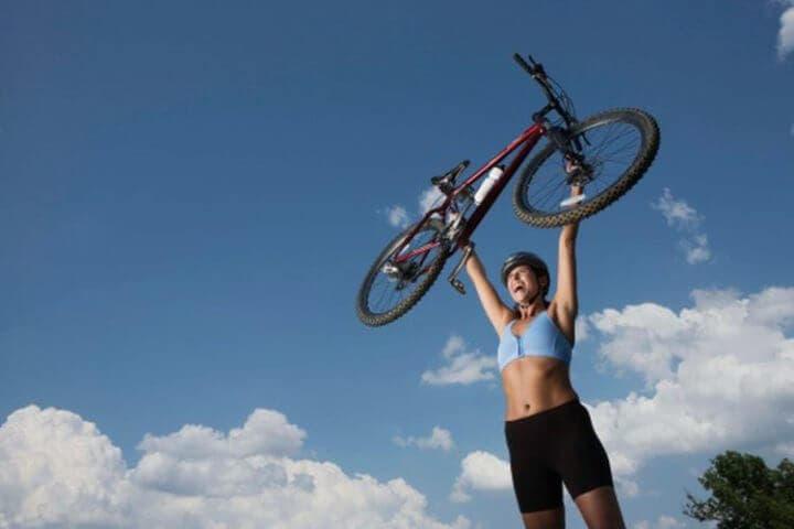 utilizar la bicicleta quema más calorías que caminar