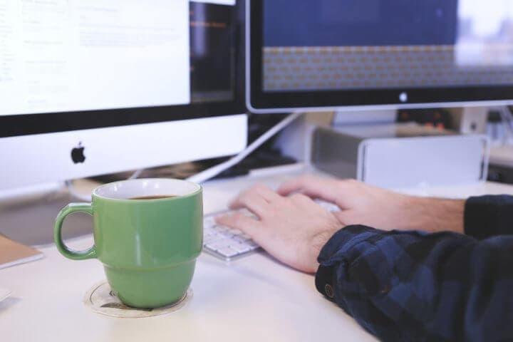 Hábitos que debes evitar para mejorar tu rendimiento laboral
