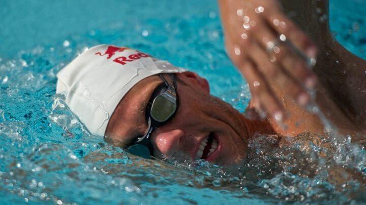 no olvides mantener tus manos relajadas al nadar