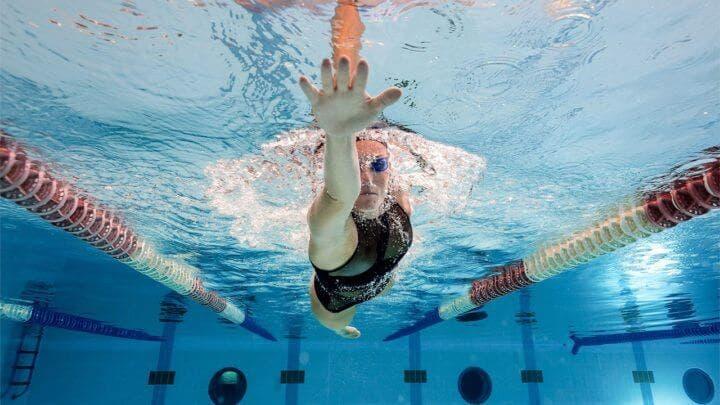entra al agua y usas tus dedos para nadar