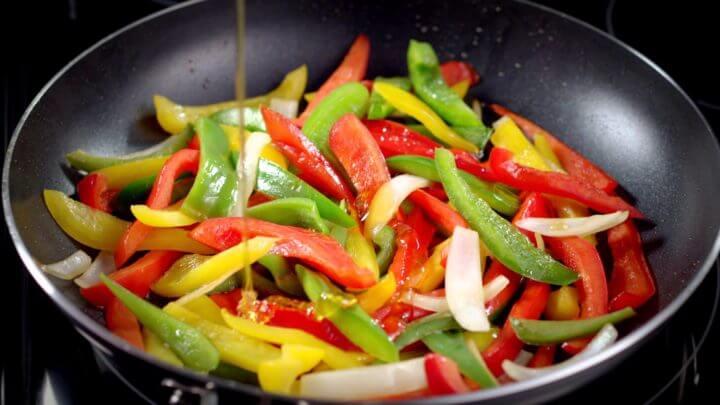 Cacio e pepe de vegetales rico en vitamina C
