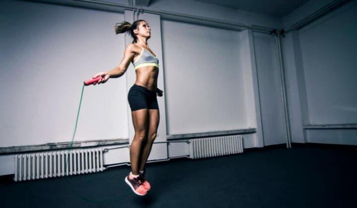 Saltos de cuerda como calentamiento para runners